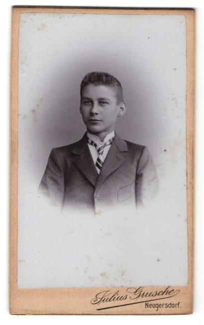 Fotografie Julius Grusche, Neugersdorf, Portrait Knabe in feierlichem Anzug
