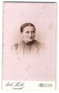 Fotografie Rich. Huth, Bautzen, Portrait Greisin mit zurückgebundenem Haar
