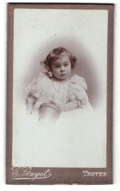 Fotografie E. Guyot, Troyes, Portrait kleines Mädchen mit Locken