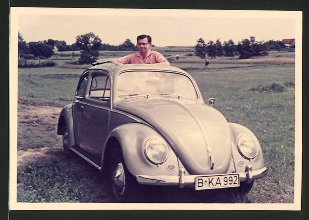 Fotografie Auto VW Käfer, Fahrer lugt aus dem Faltdach des Volkswagen PKW