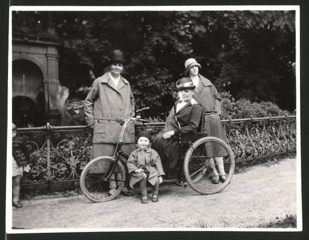 Fotografie Rollstuhl-Fahrrad, Fahrrad mit Handantrieb