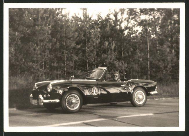 Fotografie Auto Triumph Spitfire, Hausfrau sitzt am Steuer des Roadster