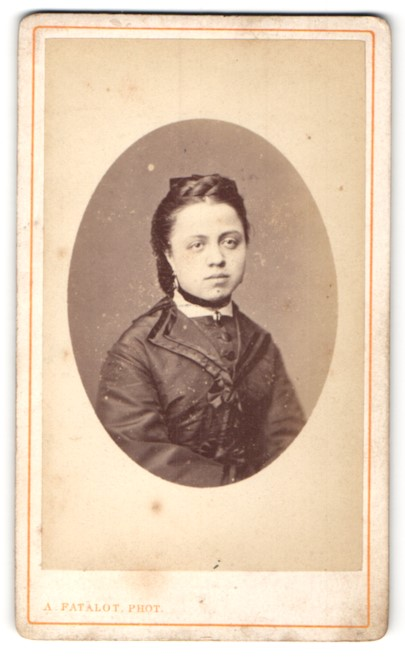 Fotografie A. Fatalot, Lyon, Portrait Fräulein mit zeitgenöss. Frisur