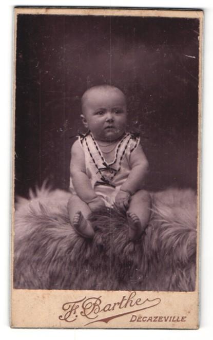 Fotografie F. Barthe, Decazeville, Portrait Säugling mit nackigen Füssen