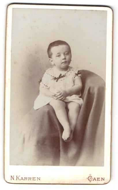Fotografie N. Karren, Caen, Portrait Kleinkind mit nackigen Füssen