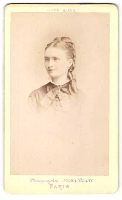 Fotografie Numa Blanc, Paris, Portrait Fräulein mit zeitgenöss. Frisur