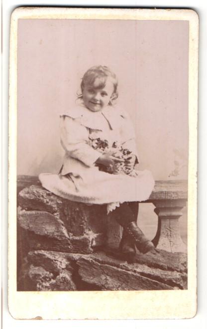 Fotografie L. Yrondy, Fougères, Portrait lächelndes kleines Mädchen
