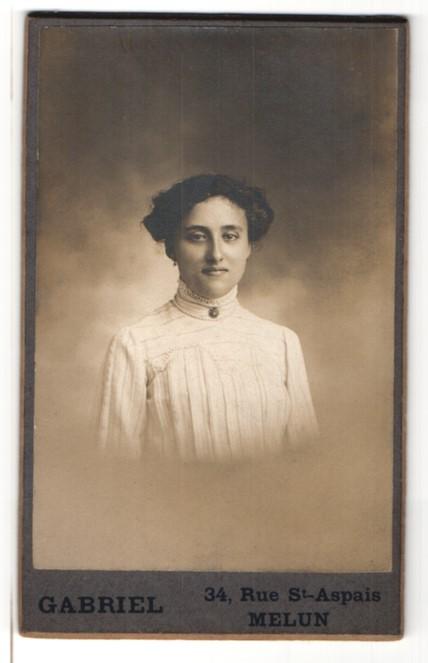 Fotografie Gabriel, Melun, Portrait Dame mit Hochsteckfrisur