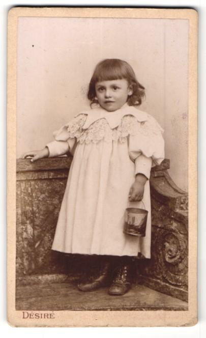 Fotografie Désiré, Paris, Portrait kleines Mädchen mit Eimerchen