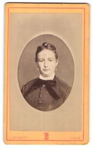 Fotografie L. Frobert, Lille, Portrait Fräulein mit Hochsteckfrisur