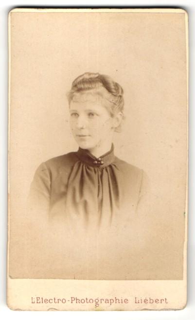 Fotografie Liebert, Paris, Portrait Fräulein mit zeitgenöss. Frisur