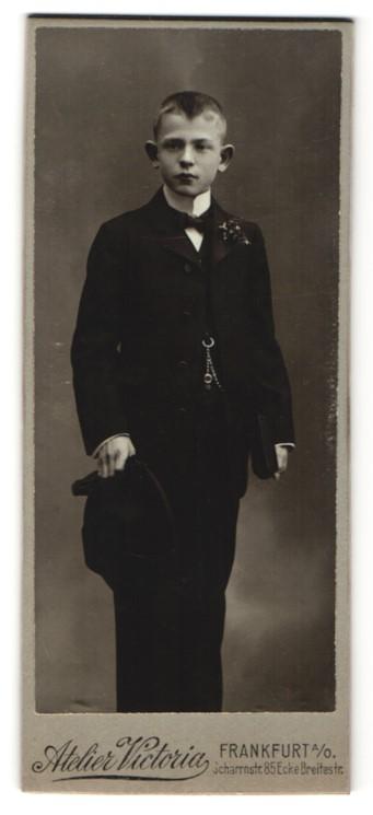 Fotografie Atelier Victoria, Frankfurt a/O, Portrait Junge in feierlichem Anzug