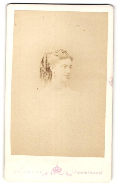 Fotografie Mon. Levitsky, Paris, Portrait Fräulein mit zeitgenöss. Frisur