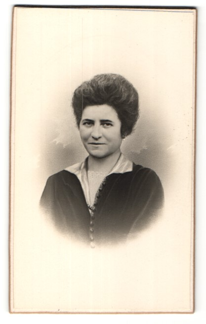 Fotografie Ohlsson, Melun, Portrait Dame mit zeitgenössischer Frisur