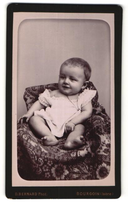 Fotografie D. Bernard, Bourgoin, Portrait Säugling mit nackigen Füssen