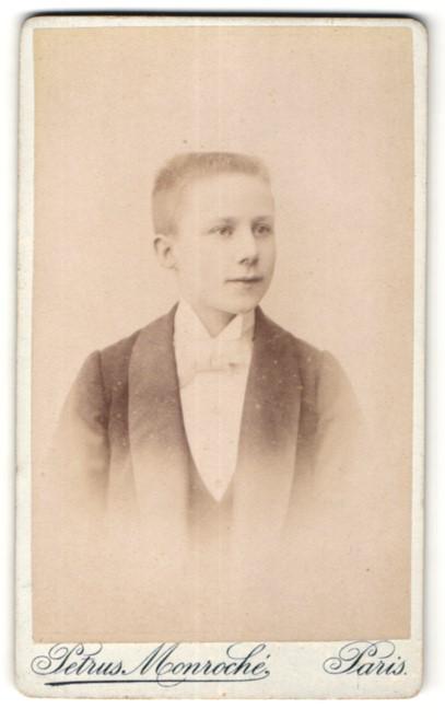 Fotografie Petrus Monroché, Paris, Portrait Knabe mit Bürstenhaarschnitt