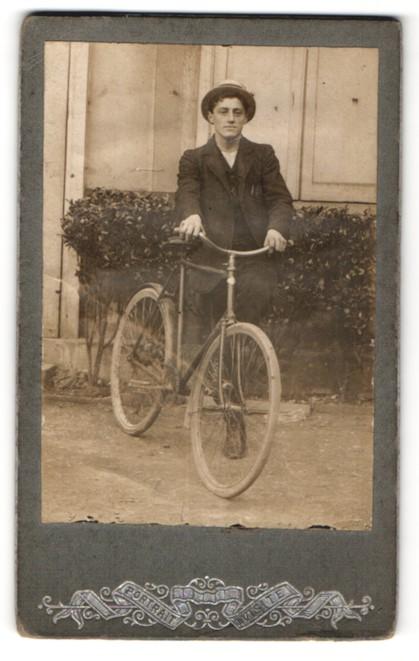 Fotografie unbekannter Fotograf und Ort, junger Mann mit Fahrrad und Strohhut