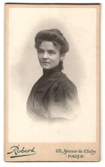 Fotografie Robert, Paris, Portrait Dame mit Hochsteckfrisur