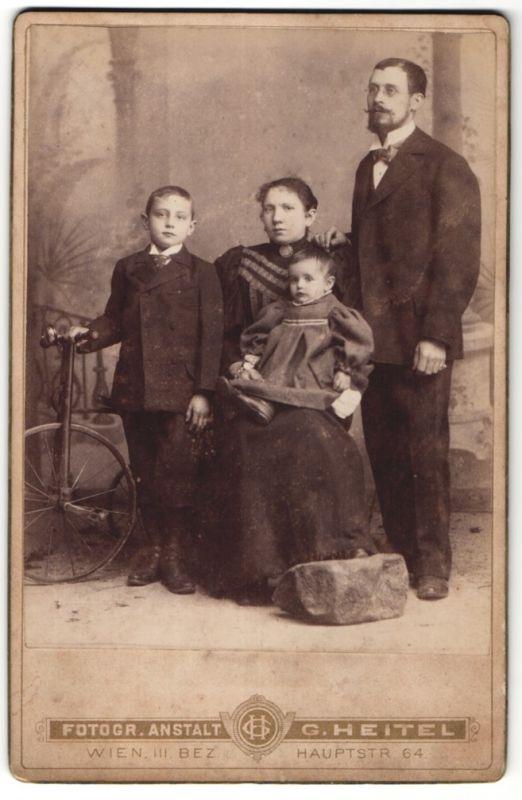 Fotografie G. Heitel, Wien, Portrait Familie mit histor. Fahrrad