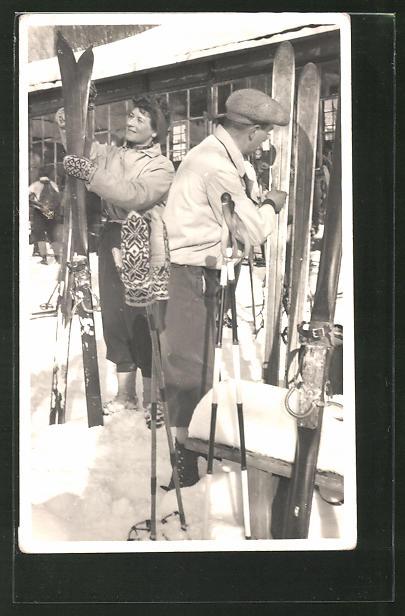 Foto-AK Paar auf der Hütte nach dem Skilaufen