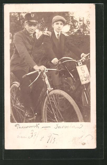 Foto-AK Zwei junge Männer mit Fahrrad und Moped