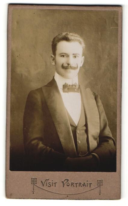 Fotografie Visit Portrait, Ort unbekannt, Portrait junger Mann mit Schnurrbart im Anzug und Schleife