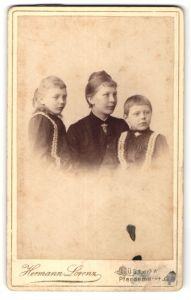 Fotografie Hermann Lorenz, Güstrow, Portrait junge Mutter mit zwei Kindern