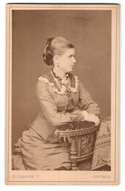 Fotografie E. Ulbrich, Cottbus, Portrait Dame mit zurückgebundenem Haar