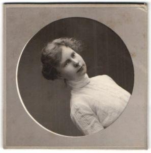 Fotografie Franz Langhammer, Bonn, Portrait junge Frau in edler weisser Bluse