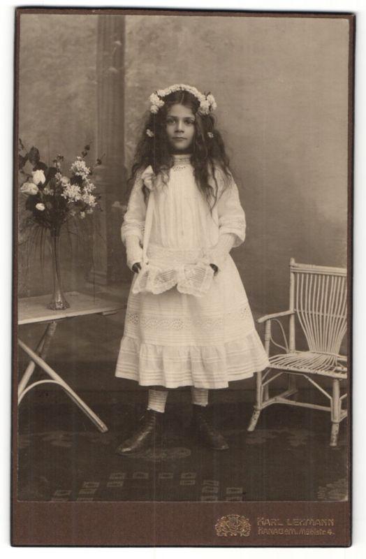 Fotografie Karl Lehmann, Hanau a/M, Portrait Mädchen mit wallendem Haar mit Blumenkranz