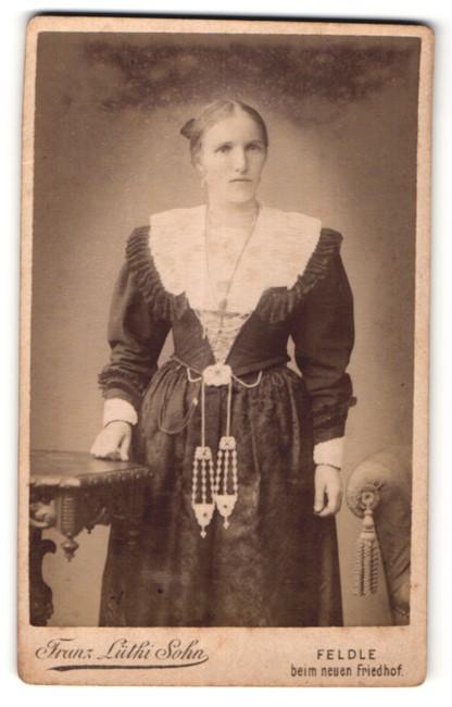 Fotografie Franz Lüthi Sohn, Feldle, Portrait junge Frau in Tracht