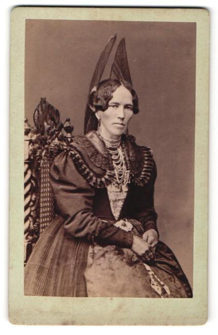 Fotografie unbekannter Fotograf und Ort, Frau in Tracht mit Kopfschmuck