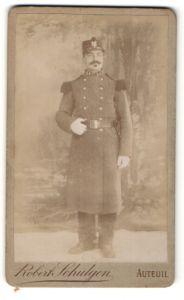Fotografie Robert Schulgen, Auteuil, Portrait Soldat in Uniformmantel