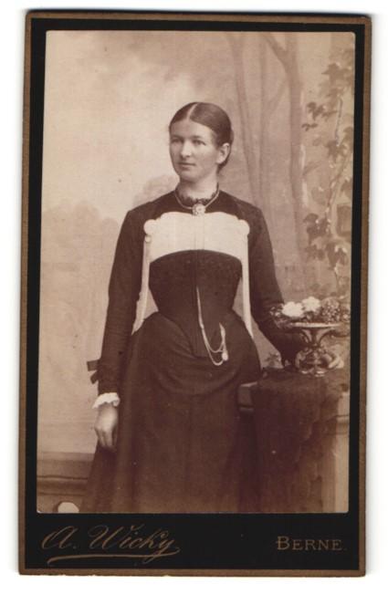 Fotografie A. Wicky, Berne, Portrait Mädchen in festlichem Kleid