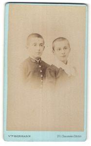 Fotografie Vve. Hermann, Paris, Portrait zwei Knaben mit kurzgeschorenem Haar