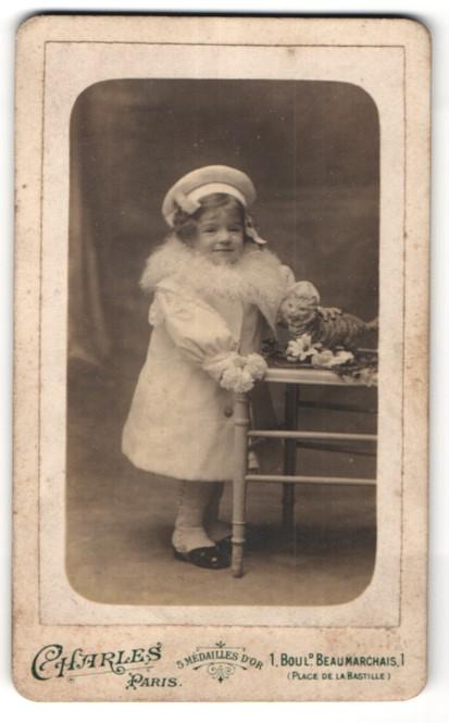 Fotografie Charles, Paris, Portrait kleines Mädchen mit Spielzeugkatze
