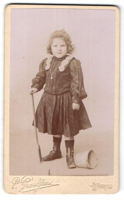 Fotografie P. Grandjean, Paris, niedliches Mädchen im edlen Kleid mit Schaufel und Eimer