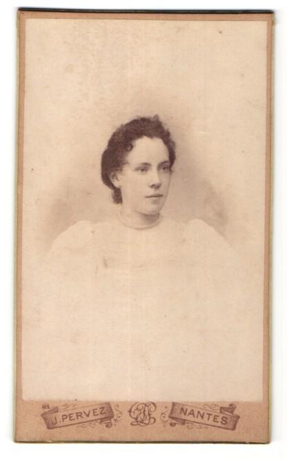 Fotografie J. Pervez, Nantes, Portrait hübsche junge Frau mit Perlenhalskette