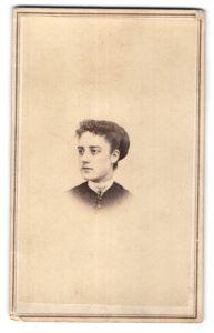 Fotografie Cleveland & Grimes, Boston, Portrait junge Dame mit zurückgebundenem Haar, USA