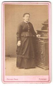 Fotografie Poujet, Epernay, Portrait Frau in zeitgenössischer Kleidung