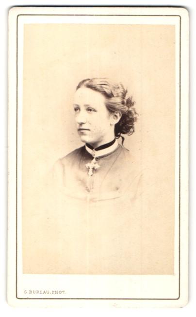 Fotografie S. Bureau, Paris, Portrait Mädchen mit Kruzifix