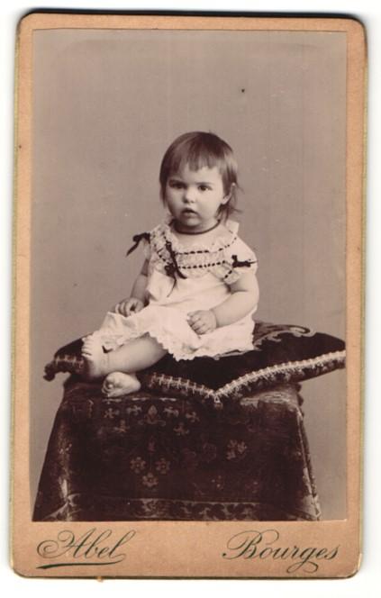 Fotografie Abel, Bourges, Portrait Kleinkind mit nackigen Füssen