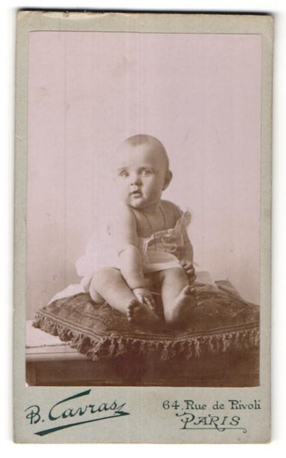 Fotografie B. Cavras, Paris, Portrait Säugling mit nackigen Füssen