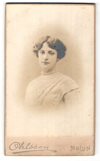 Fotografie Ohlsson, Melun, Portrait hübsche junge Dame mit Perlenhalskette