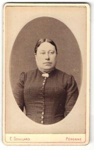 Fotografie E. Souillard, Peronne, Portrait junge Dame mit Brosche am Kragen
