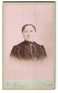 Fotografie C. Romain, Tours, Portrait hübsche Dame mit Brosche am Kragen