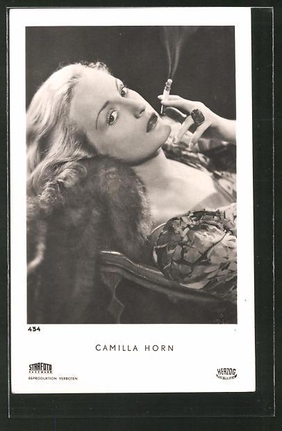 AK Schauspielerin Camilla Horn mit Zigarette posierend