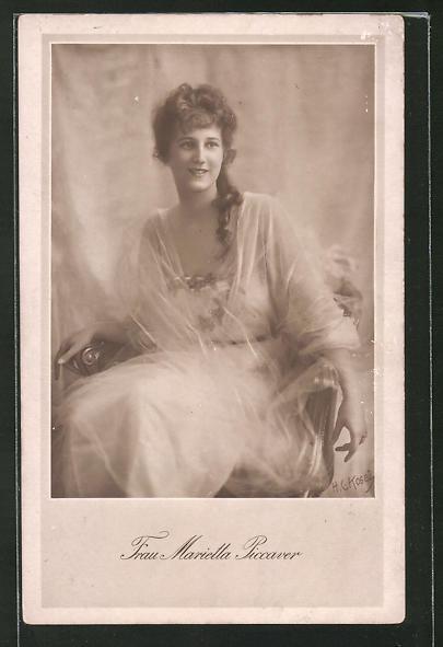 AK Schauspielerin Marietta Picarver auf Stuhl sitzend porträtiert