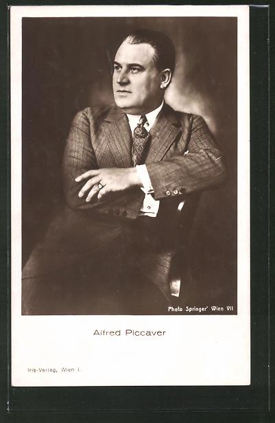 AK Schauspieler Alfred Piccaver auf Stuhl sitzend porträtiert