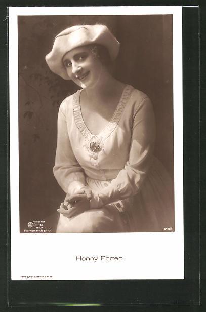 AK Schauspielerin Henny Porten lächelnd in Kamera blickend